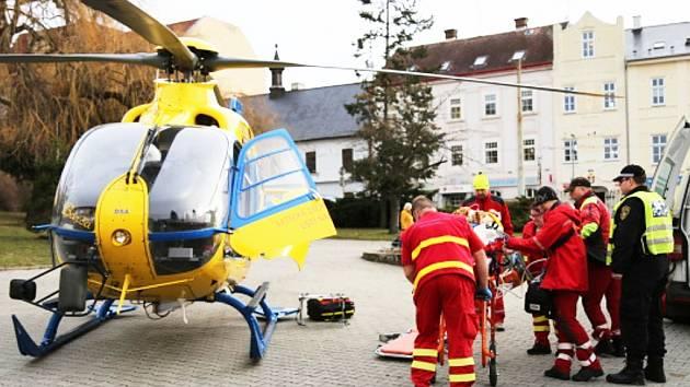 Vrtulník a pomoc ženě v Litvínově.