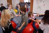 Žáci 6.B Základní školy Zdeňka Matějčka v Mostě se učí matematiku při hrách na míčích.