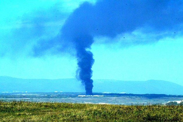 Dým stoupající zpožáru na skládce Celio uLitvínova.