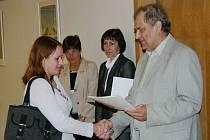 Předseda Okresní hospodářské komory v Mostě Rudolf Jung předává Dobrý list komory.