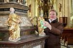 Blanka Kudernová ze správy kostela při práci na křtitelnici