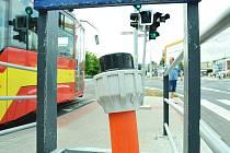 Na tramvajové zastávce u Prioru v Mostě trčí ven chránička kabelů. Tady se napojí elektronická obrazovka.
