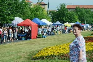 Pravidelný úterní trh v centru Mostu si udržuje vysokou návštěvnost i během letních prázdnin.