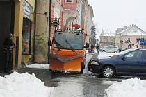 Takhle by měly stroje technických služeb brázdit ulice, místo toho stojí nevyužité na dvorech.