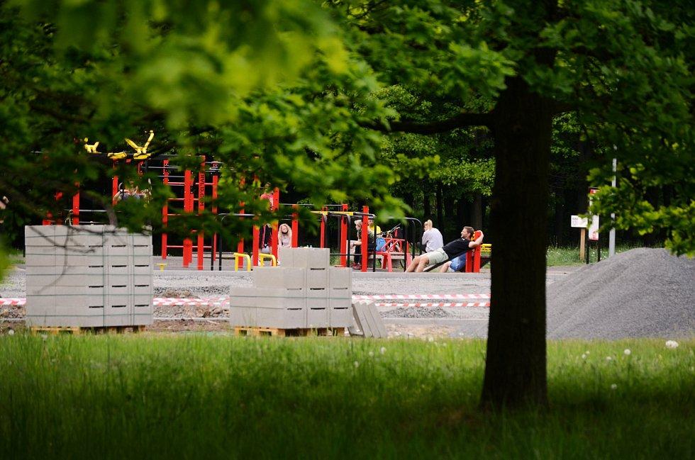 V parku Šibeník se u workoutové posilovny staví překážková dráha na parkour.