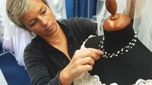 Petra Vyoralová upravuje pro nevěstu šaty Daga za španělské kolekce San Patrick.