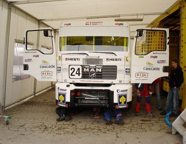 Mechanici stáje CarDo racing týmu u závodního vozu MAN.