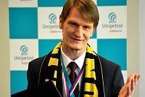 Marek Świtajewski s šálou HC VERVA Litvínov. Symbolickou zlatou medaili dostal od starosty Meziboří Petra Červenky.