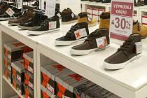 """Zloděj přišel """"koupit"""" vložky do bot a prodavačka pro ně musela do skladu.."""