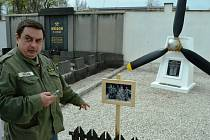 Nová vrtule zdobí díky Jaroslavu Hrehovi pomník zahynulých letců z dolu Alexander v Hrdlovce, který se nachází na hřbitově v Duchcově.