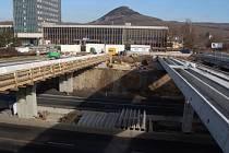 Stavba nových mostů k nádraží v Mostě.
