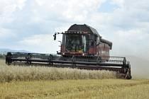 Zemědělci na Mostecku vyjeli se svými kombajny do polí.