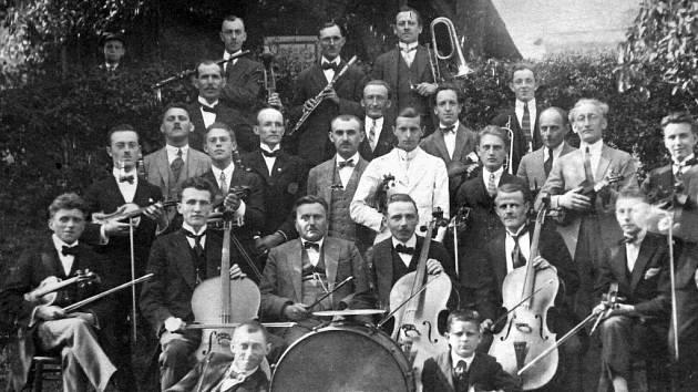 V další části si připomeneme historii spolků a divadelníků v Lomu. Na snímku jsou hudebníci ze spolku Zvon, v kterém hráli členové místní organizace Sokola.