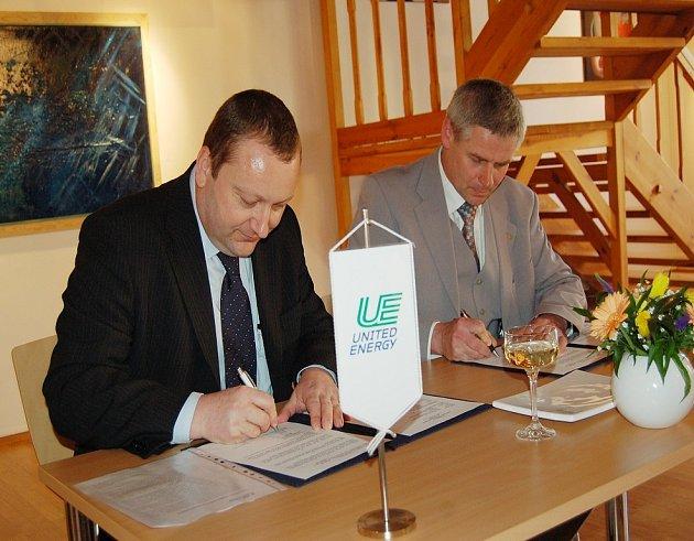 Generální ředitel United Energy Petr Jeník (vlevo) a starosta Litvínova Milan Šťovíček při podpisu dodatku ke smlouvě.