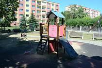 Centrální dětské hřiště v ulici Zdeňka Fibicha si lidé pochvalují. Problémy s nepořádkem a partami tam prý nejsou.
