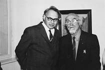 Engelbert Laxa (vpravo), mostecký patriot a zakladatel Klubu za starý a nový Most, na výstavě Mostečtí umělci v mosteckém muzeu v roce 1996. Vlevo Bohumil Hlaváček.