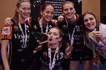 Mladé mostecké házenkářky zleva: Veronika Dvořáková, Tereza Eksteinová, Barbora Buchnerová a Veronika Šípová. Dole Linda Jungová.