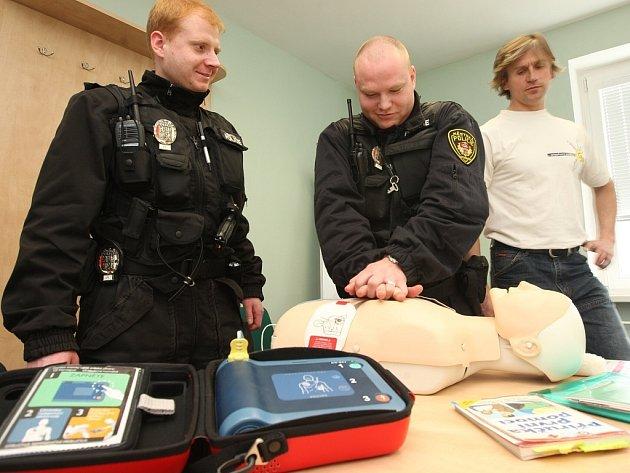 Strážníci si zkoušejí práci s automatizovaným defibrilátorem.
