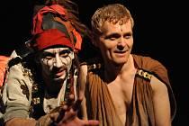 Hlavní roli krutého římského císaře Caliguly hraje v Mostě Radim Madeja (vpravo), Helikona, jeho pragmatického a oddaného otroka představuje Jan Beneš.