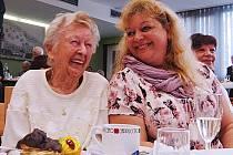 Vlevo 99letá Marie Svatošová, vpravo její doprovod, Alena Valentová, vedoucí Domova pro seniory v ulici Antonína Dvořáka.