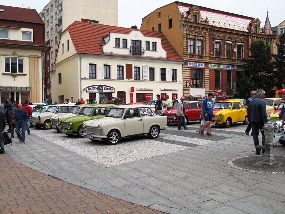 Na litvínovské náměstí Míru se po roce opět sjela historická vozidla.