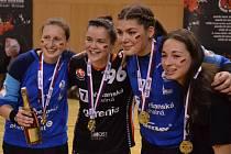 Zleva mostecká brankářka Dominika Müllnerová, Veronika Mikulášková, druhá brankářka Sabrina Novotná a Barbora Tesařová.