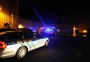 Požár balíků bavlny v litvínovském podniku Schöeller zaměstnal několik jednotek hasičů