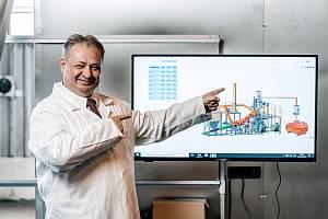 Vedoucí vědeckého týmu Michal Halko ukazuje vnitřek technologie ERVO, která stojí v hale nedaleko Mostu. Tento český vynález umí recyklovat odpad a vyrábět z něj základní suroviny.