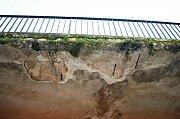 Z obchodního střediska Rozkvět v Mostě odpadávají kusy betonu