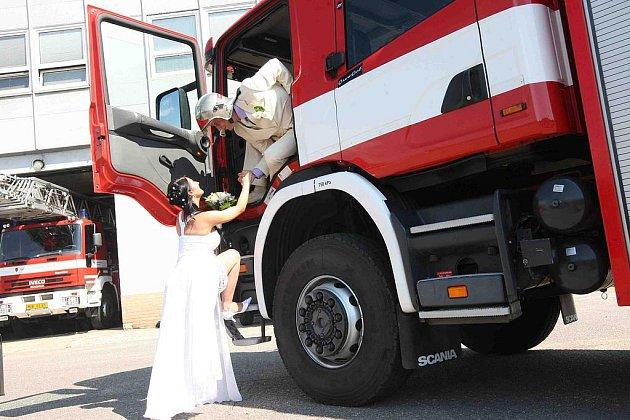 Novomanželé Antonín a Jana Duškovi si řekli ANO v areálu hasičské stanice v Mostě