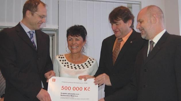 Předání šeku na 500 tisíc od ČEZu na přenosný ventilátor. Vlevo stojí ředitel nemocnice Vladimír Müller, uprostřed hejtman Jiří Šulc, vpravo Josef Holub z ČEZu.