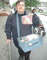 Zdravotně postižený prodavač Petr Mašek.