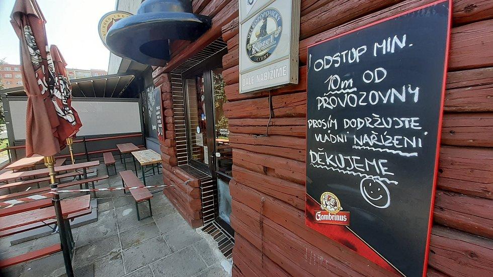 Předzahrádky restaurací zatím zejí prázdnotou.