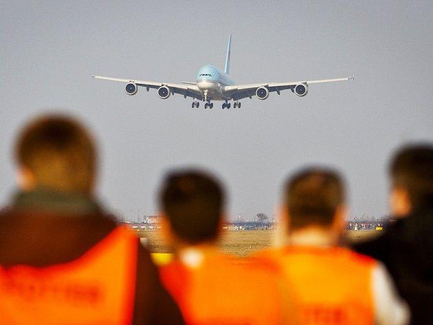 Přistání letadla na Letišti Václava Havla Praha.