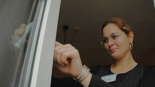 Sociální pracovnice Eliška Lazárová otevírá okno při prohlídce azylového domu v Mostě.