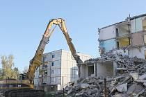 Demolice paneláku v Bečově.