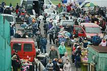 Bleší trh v Mostě se otevřel. Trhovci nabídli hromady věcí