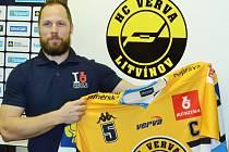 Kapitán Vervy Michal Trávníček s novým dresem pro nadcházející sezonu.
