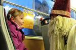 Děti v Litvínově opět svezla Mikulášská tramvaj.