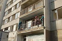 Vymlácená okna panelových domů v Janově a nepřizpůsobiví obyvatelé. Tuto situaci podle místních město neřeší.