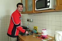 Václav Kaplan ve své nové kuchyni.