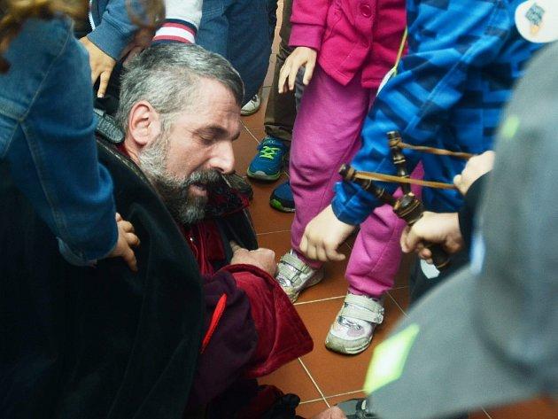 Děti chytily alchymistu Edwarda Kelleyho (herec Zdeněk Turek), který prchal z věže mosteckého hradu Hněvín, kde byl v 16. století vězněn.