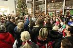 V mosteckém Centralu bylo pozdvižení. Velký dav lidí tam společně s Vláďou Hronem zpíval koledy.