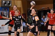 Veronika Mikulášková (s míčem) je jednou z nejlepších a nejúspěšnějších mladých házenkářek Mostu.