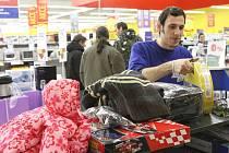 Prodejce z Tesca odnáší vrácené vánoční dárky.
