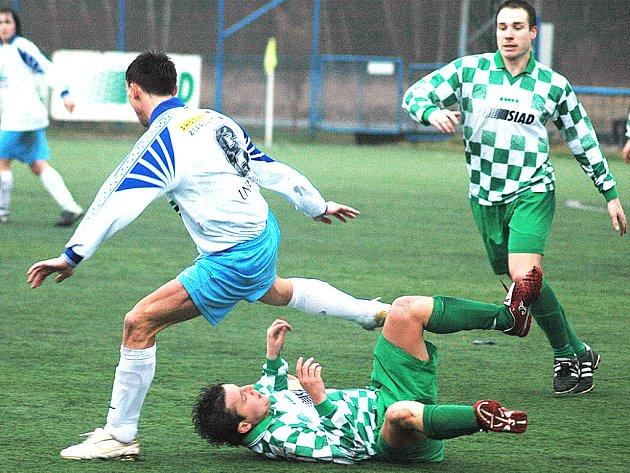 Soušský Zdeněk Hanzlíček se po střetu s hráčem Bíliny ocitl na mokrém trávníku. Pro Souš to byl první jarní zápas a prosadili se v něm Scheithauer a Schoř. Souš má tři body.