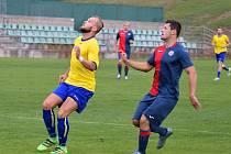 Souš (v modročerveném) v zápase s Neratovicemi/Byškovicemi. Padla 0:1.