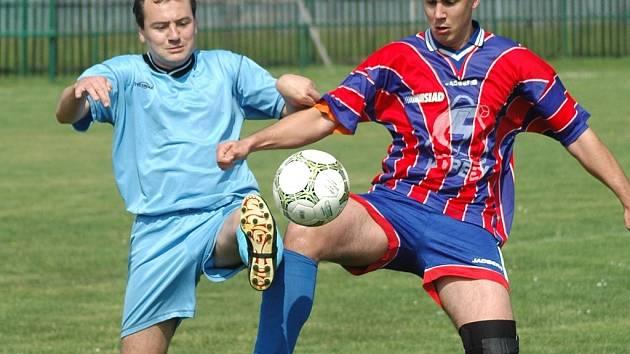 Hráči Havraně (v modrém) skončili ve fotbalové B třídě třetí.