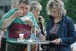 Za zakoupení mosteckého deníku dostali lidé guláš a pivo nebo kofolu.