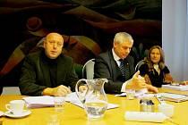 (zleva) Karel Linhart bude jedničkou Pro kraj občanům, Milan Šťovíček jedničkou Starostů a nezávislých, Erika Sedláčková jedničkou komunistů.